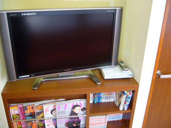 待合室、液晶テレビ